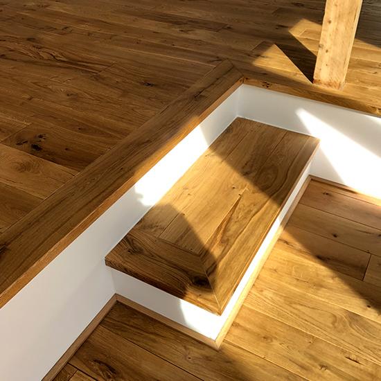 Parkett auf Dachboden dunkles Holz und weiße Wand - Parkett Scherb aus Essen